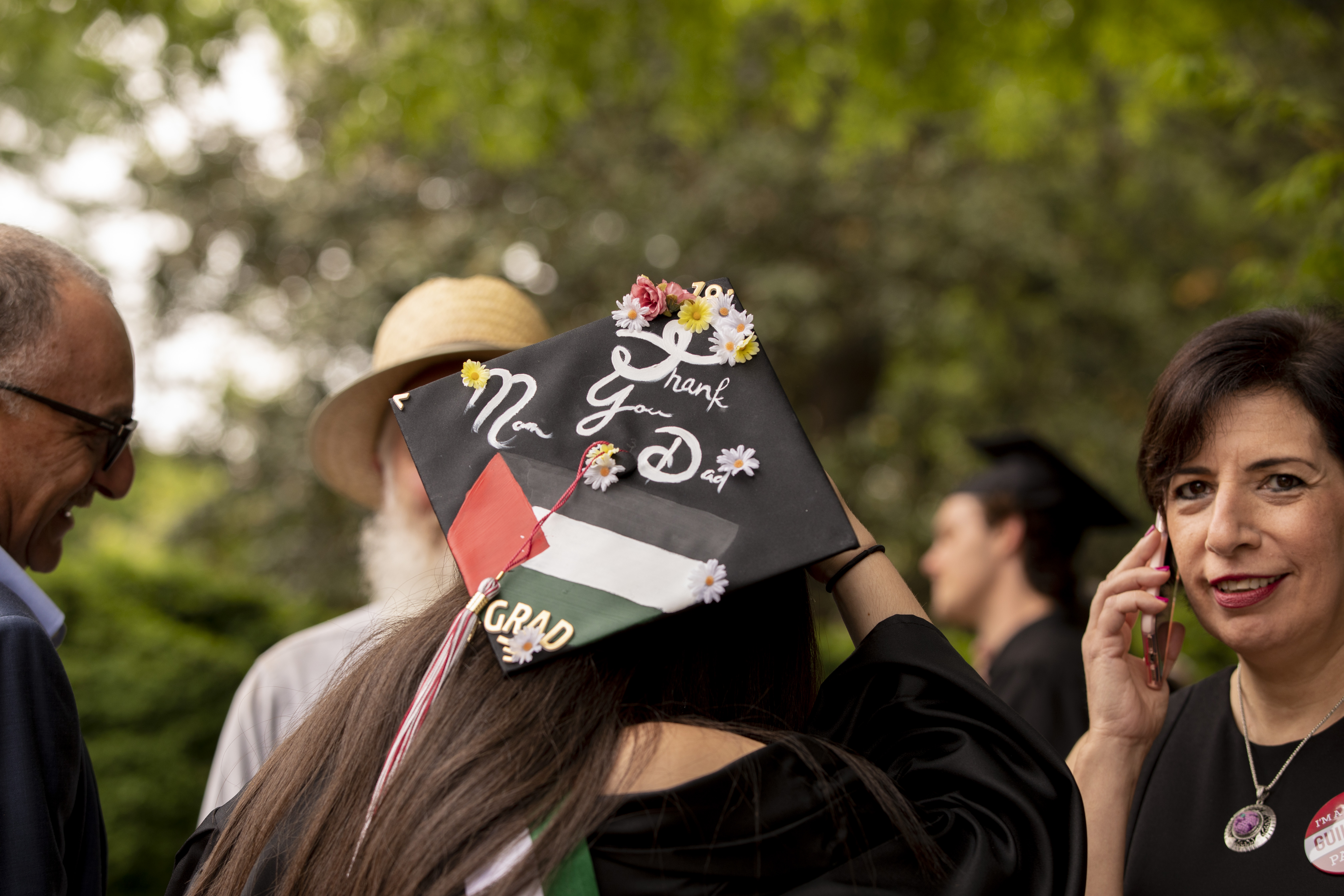 "A student's mortarboard reads, ""Thanks Mom and Dad!"""